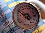 肉中温度計。ある種のチェーンレストランでは、商品の温度にノウハウが凝縮され、人間の体温のように、商品の温度で異常が見付かる