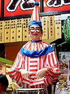 """在りし日の「くいだおれ」店頭で。かつて複数の銀行が、融資の条件に「人形を置くのをやめること」を示したという。氏が、一時をしのぐために""""魂""""を捨てなかったことは言うまでもない"""