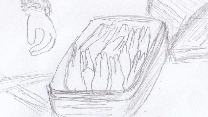 「極上 九州蛙」の木箱が荷崩れして、中身の冷凍ガエルが露わになる
