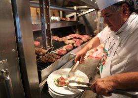 「世界で一番おいしいステーキ」ベスト10にランクされたステーキハウスの調理場