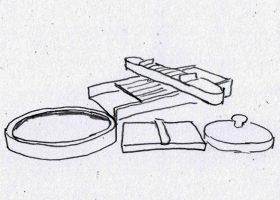 山下夫妻が漢方薬の製造に使う切丸器(奥)と成丸器(手前)