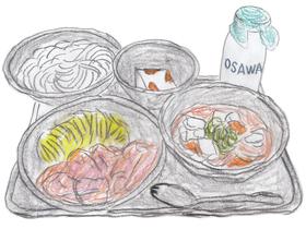 """甘利田とゴウの""""給食バトル""""一回目のメニュー。鯨のオーロラソース(手前左)、けんちん汁(手前右)、ソフトめん(奥左)、牛乳かん(奥中央)、瓶入り牛乳(奥右)。皿の手前にあるのは先割れスプーン。"""