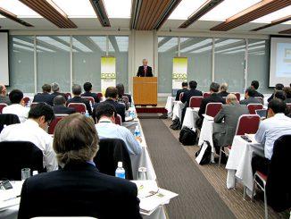 「FOOD 2040」の発表について説明するアメリカ穀物協会のトーマス・C・ドール会長