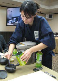 急須での緑茶のいれ方を実演するスタッフ