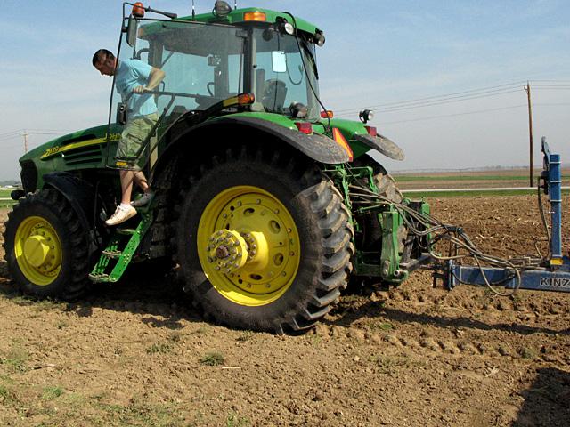海外の土壌は固まってもほぐしやすい性質の場合が多い。写真は米国インディアナ州で