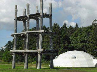 三内丸山遺跡で復元された大型掘立柱建物