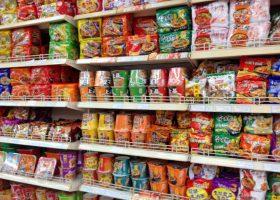 中国のスーパーのインスタントラーメン売り場