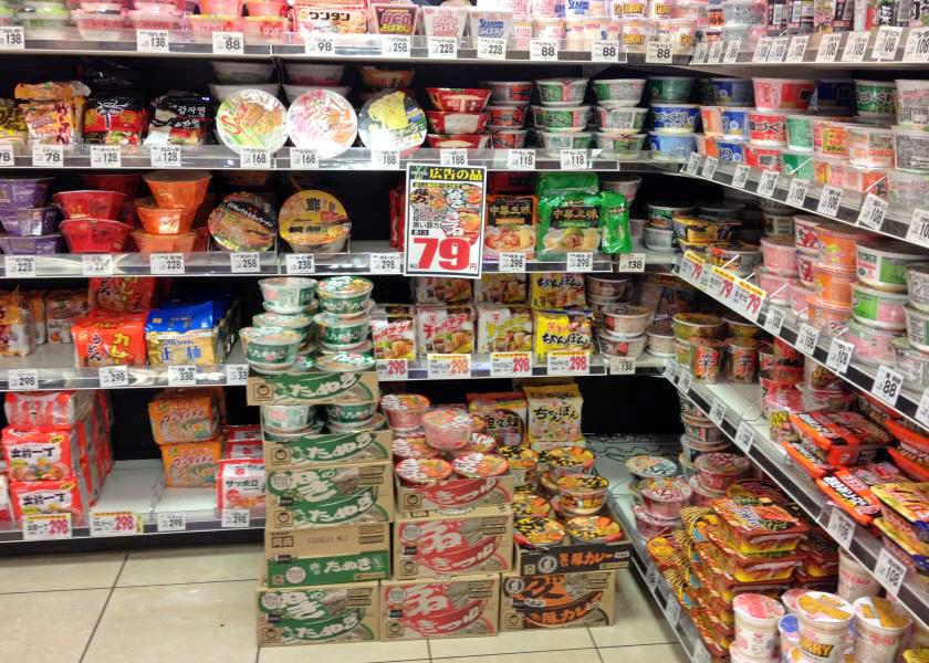 日本のスーパーのインスタントラーメン売り場