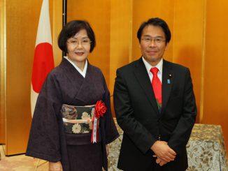 深川幸子さん(左)と松原仁内閣府特命担当大臣。